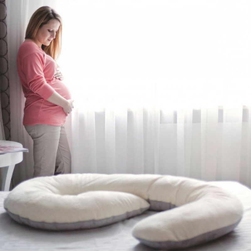 ölelő párna az ágyon